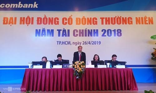 Ông Dương Công Minh trả lời chất vấn của cổ đông tại phiên họp sáng 26/4. Ảnh: Phương Đông.
