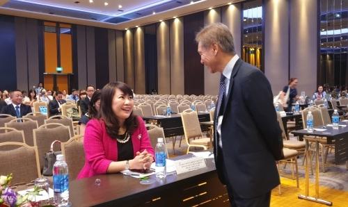 Bà Lương Thị Cẩm Tú trao đổi với ông Lê Minh Quốc tại phiên họp sáng 26/4. Ảnh: Phương Đông.