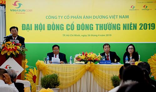 Ông Đặng Phước Thành - Chủ tịch Hội đồng quản trị Vinasun đọc báo cáo hội đồng quản trị năm 2018.