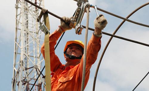Công nhân điện lực Hà Nội sửa chữa trên đường dây. Ảnh: N.T