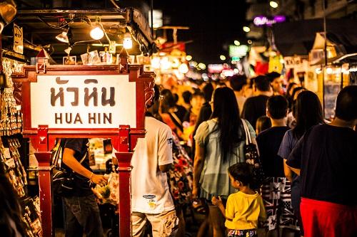 Hua Hin thu hút lượng khách du lịch lớn tới tham quan, mua sắm.