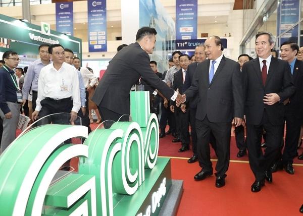 Thủ tướng đến thăm gian hàng và gặp gỡ đại diện của Grab.