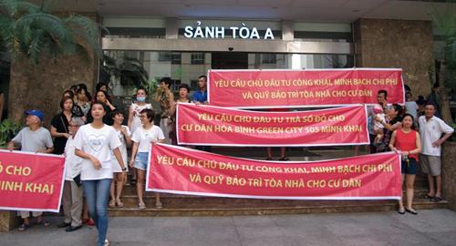 Cư dân tổ chức căng băng rôn tại một dự án ở Hà Nội. Ảnh: Cư dân cung cấp