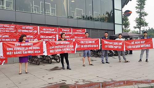 Cư dân một dự án tại Hà Nội căng băng rôn phản đối chủ đầu tư. Ảnh: Cư dân cung cấp