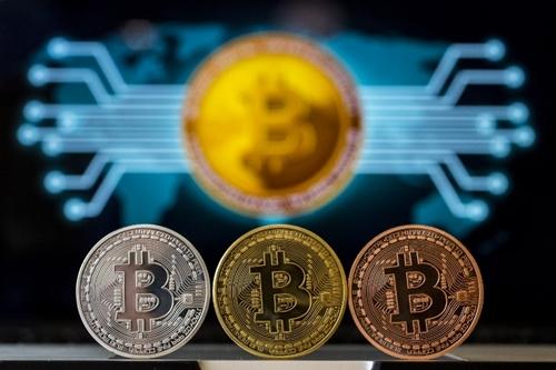 Tiền mô phỏng Bitcoin trưng bày trong một cửa hàng tại Israel. Ảnh: AFP