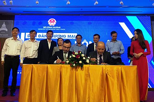 Doanh nghiệp Việt ký kết hợp đồng hợp tác để xuất khẩu hàng hóa sang Đông Âu. Ảnh: Thi Hà.