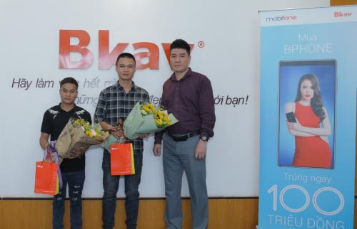 Ông Nguyễn Sơn Anh, đại diện nhà mạng MobiFone trao giải cho hai vị khách hàng Nông Văn Hoan và Nguyễn Thế Đại