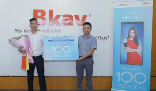 Ông Nguyễn Bá Cơ - Giám đốc kinh doanh BKAV trao giải nhất trị giá 100 triệu cho khách hàng Hoàng Văn Thực.