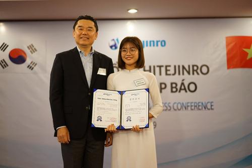 Đại diện Hitejinro Việt Nam trao học bổng cho bạn Phan Thị Tú Anh.