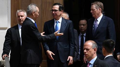 Ông Lưu Hạc nói chuyện với ông Mnuchin và Lighthizer khi rời đi. Ảnh: Reuters