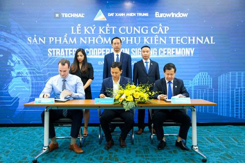 Lễ ký ký kết cung cấp sản phẩm nhôm và phụ kiện giữa Đất Xanh Miền Trung, thương hiệu nhôm Technal và Công ty CP Eurowindow.