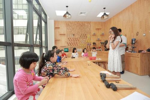 Học sinh trải nghiệm tại các phòng chức năng của Sunshine Maple Bear như: bể bơi, phòng STEM, phòng mộc, phòng âm nhạc, phòng Mỹ thuật...