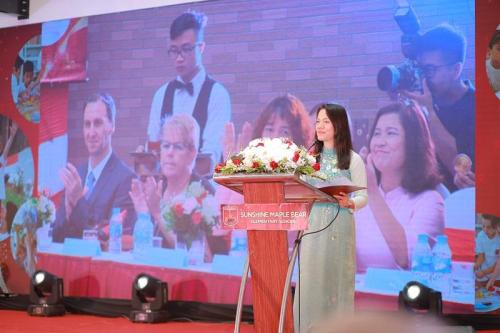 Bà Trần Thị Như Loan - Phó tổng giám đốc tập đoàn chia sẻ những trăn trở và khát vọng của Sunshine Group trong hành trình xây dựng ngôi trường truyền cảm hứng.
