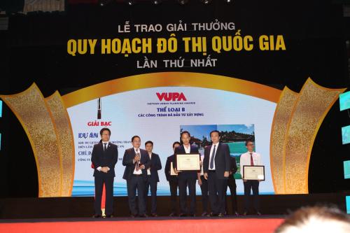 Ông Vũ Tiến Lộc - Chủ tịch VCCI cùng ông Nguyễn Thế Hùng - Phó Chủ tịch UBND thành phố Hà Nội trao giải thưởng cho đại diện Tập đoàn Mường Thanh.