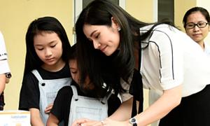 Doanh nhân Hà Bùi đưa hai con gái đi từ thiện