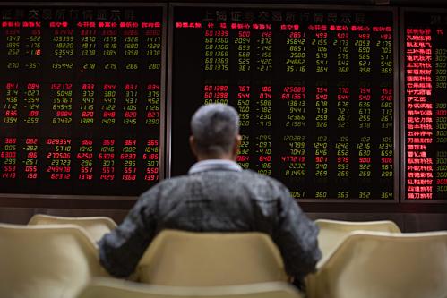Một nhà đầu tư Trung Quốc đang theo dõi bảng điện tử. Ảnh: AFP