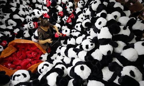 Công nhân trong một nhà máyđồ chơi ở Giang Tô, Trung Quốc. Ảnh: CNN