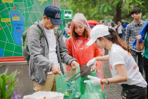 Các bạn trẻ chung tay dọn rác bảo vệ môi trường.
