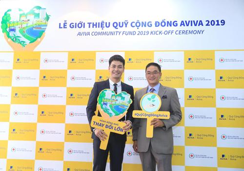 MC Phan Anh và ông Paul George Nguyễn - Tổng giám đốc Aviva Việt Nam. Ảnh: Hữu Khoa.