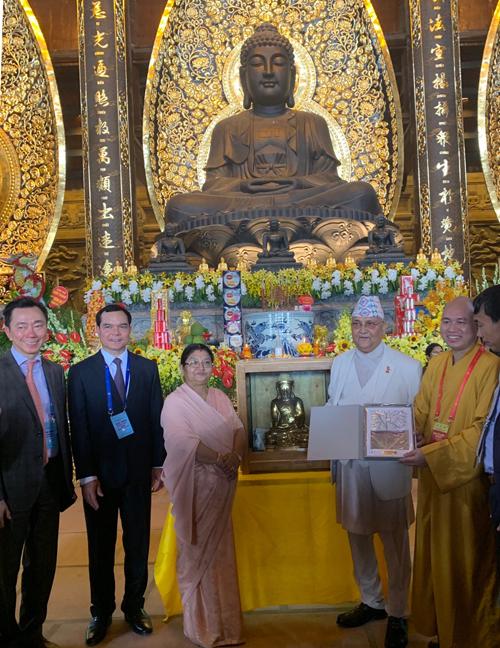 Thủ tướng Nepal đón nhận tác phẩm từ tác giả.