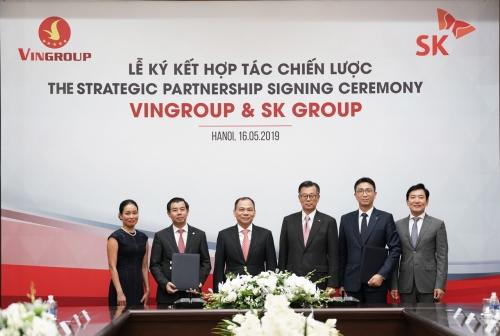 Lãnh đạo Vingroup và SK Group tại lễ ký kết hợp tác chiến lược sáng nay (16/5).
