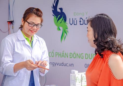 Chị Thúy Phan đang kinh doanh trực tuyến các sản phẩm của Công ty CP Đông dược Vũ Đức.
