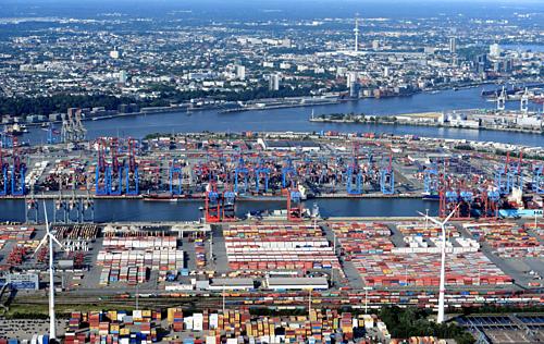 Một cảng bốc dỡ hàng hóa tại Hamburg (Đức). Ảnh: Reuters