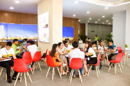 Khách hàng quan tâm đến những chính sách ưu đãi của dự án Saigon Intela.