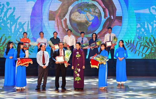 Phó Tổng giám đốc Vietjet Đỗ Xuân Quang nhận kỷ niệm chương tri ân từ Quỹ Cộng đồng phòng chống thiên tai.