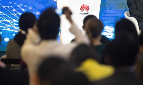 Giới đầu tư náo loạn sau quy định cấm của Trump với Huawei. Ảnh: CNN