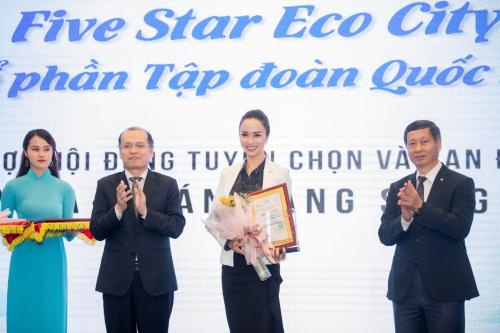 Bà Vũ Ngọc Anh - Đại diện Five Star Eco City nhận giải thưởng.