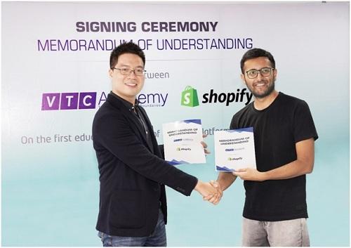 Đại diện của Học viện VTC Academy và Shopify ký biên bản ghi nhớ chính thức về việc tổ chức khóa học lập trình trên nền tảng này.