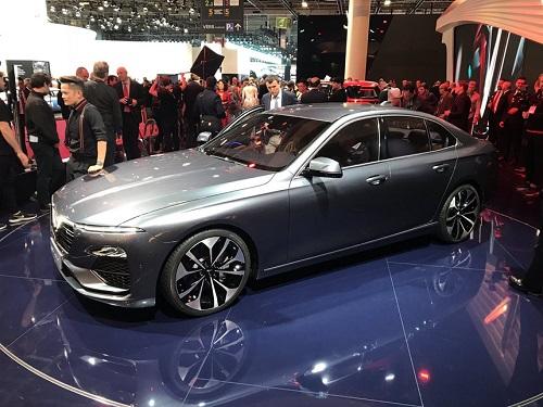 VinFast trưng bày mẫu xe ôtô của hãng tại Pháp.