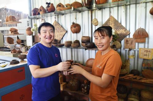 Ông Max Zhang ấn tượng với các sản phẩm thủ công mỹ nghệ từ dừa của Yes Coco.
