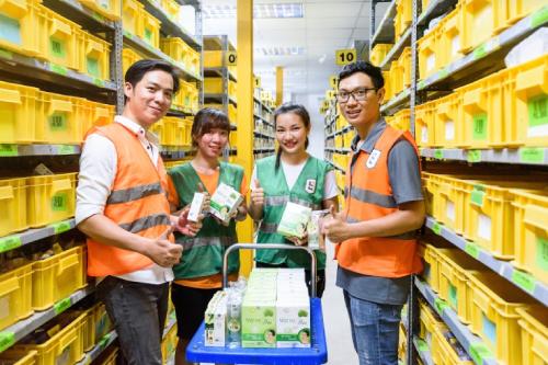 Đội ngũ nhân viên tại các kho lưu trữ của Lazada làm việc liên tục suốt nhiều tuần qua để mang các sản phẩm từ dừa Bến Tre lên sàn.