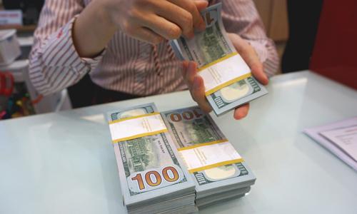 Giao dịch đôla Mỹ trong ngân hàng. Ảnh: Anh Tú.