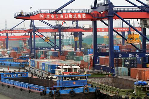 Container tại một cảng biển ở Hoài An (Trung Quốc). Anh: Reuters