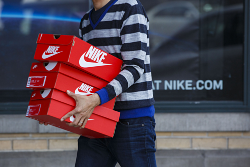 Khách hàng bên ngoài một cửa hàng của Nike. Ảnh: Bloomberg