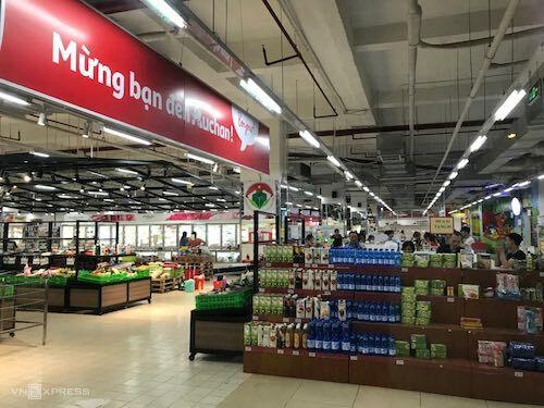 Nhiều kệ hàng của Auchan bắt đầu trống khi siêu thị chạy chương trình xả hàng trước khi đóng cửa tại Việt Nam. Ảnh: H.T
