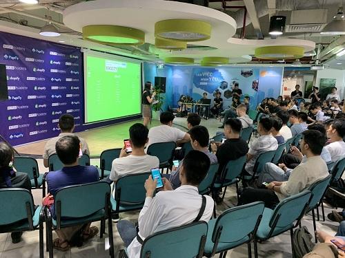 : Các chuyên gia chia sẻ thông tin về khóa học mới do VTC Academy và Shopify hợp tác triển khai.