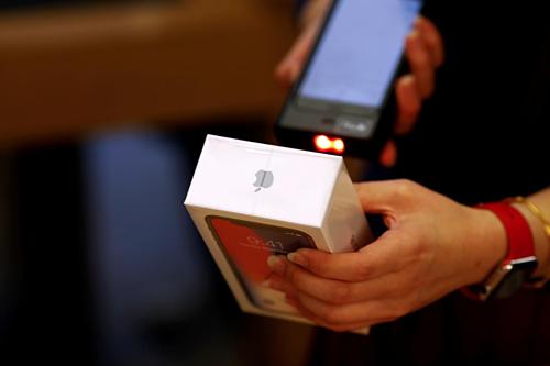 iPhone được bán tại một cửa hàng của Apple ở Trung Quốc. Ảnh: Reuters