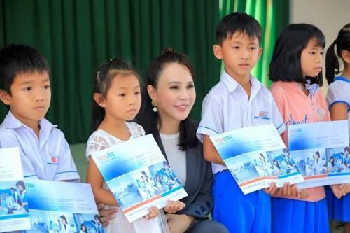 Hoa hậu doanh nhân Minh Thảo trao những phần quà của công ty Tass Care tới các em nhỏ ở huyện Mộ Đức, Quảng Ngãi.