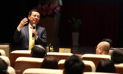 Bộ trưởng Nguyễn Mạnh Hùng trao đổi với các diễn giả, khách mời tại hội thảo sáng 23/5. Ảnh: Anh Tú