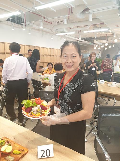 Một khách hànghoàn thành chế biếnmón ăn nhanh, đủ dinh dưỡng theo hướng dẫn của đầu bếp Long Châu.