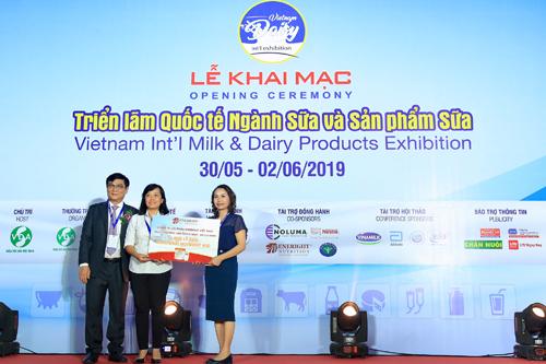 Bà Phạm Thị Thu Hiền – đại diện Eneright Việt Nam trao tặng Bệnh viện Thống Nhất - Hồ Chí Minh 1.000 ly sữa