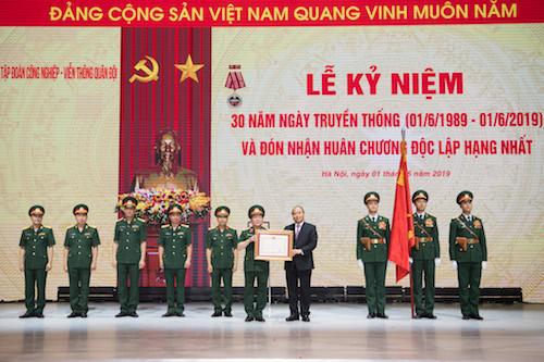 Thủ tướng Nguyễn Xuân Phúc trao tặng Huân chương Lap động hạng Ba
