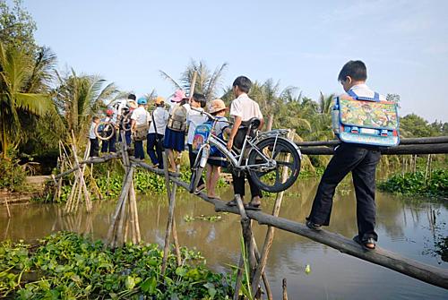 Cầu gỗ tại những vùng còn khó khăn cản bước đến trường của nhiều học sinh.