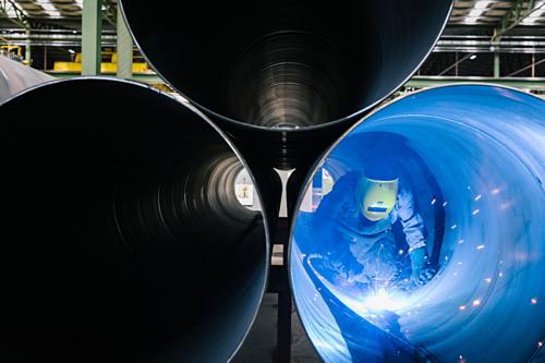 Công nhân trong một nhà máy thép ở ANgeli (Italy). Ảnh: NYT