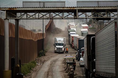 Xe tải chở hàng ở Tijuana (Mexico). Ảnh: NYT