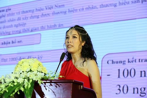 Bà Nguyễn Thụy Oanh - Trưởng Ban tổ chức Chương trình Nữ hoàng thương hiệu Việt Nam 2018 công bố ra mắt chương trình lần thứ nhất tại Hà Nội phát biểu tại chương trình họp báo ngày 6/4